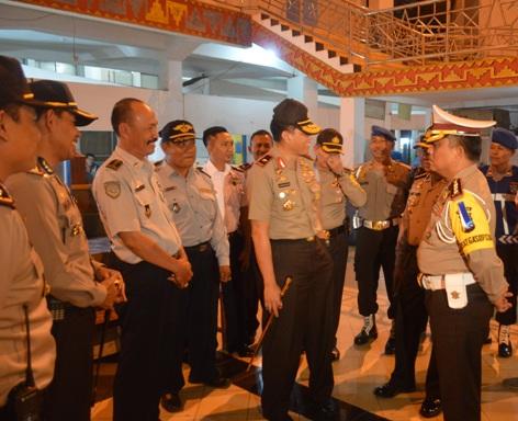 Kapolda Brigjen (Pol) Edward Syah Pernong  didampingi para pejabat tinggi Polda Lampung saat berada di Terminal Rajabasa Bandar Lampung, Kamis (16/07).