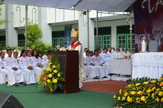 Uskup Keuskupan Agung Palembang Mgr. Aloysius Sudarso, SCJ saat homili dalam Misa Pembukaan TYD 2015 di komplek Xaverius Pahoman, (21/07)
