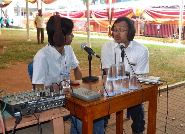 Sekretaris Eksekutif Konferensi Waligereja Indonesia (KWI) RD Antonius Hariyanto saat wawancara live degan Radio Suara Wajar, di Komplek Sekolah SMA Xaverius Pahoman, Bandar Lampung, Kamis (23/07).