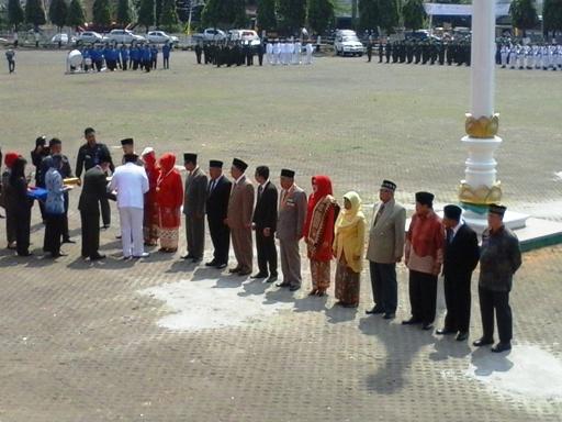 Gubernur Lampung M. Ridho Ficardo menyerahkan Penghargaan kepada 14 tokoh Lampung berupa piagam, surat keputusan, medali dan pin emas, pada acara peringatan HUT Kemerdekaan ke-70 RI tahun 2015, di Lapangan Korpri Komplek Perkantoran Gubernur Lampung, Senin (17/8) .