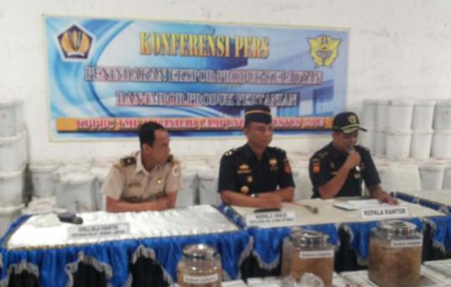 Kepala Kantor Pengawasan dan Pelayanan Bea dan Cukai Tipe Madya Pabean B, Muhamad Lukman beserta stafnya saat ekspos, Rabu (5/8/2015) di Bandar Lampung.