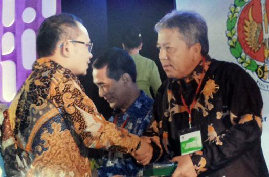 Menaker Hanif Dhakiri saat menyerahkan penghargaan kepada Gubernur yang diwakili Sekretaris Daerah Provinsi Lampung Arinal Djunaidi, Jumat malam (10/9) di Hotel Bidakara Jakarta.