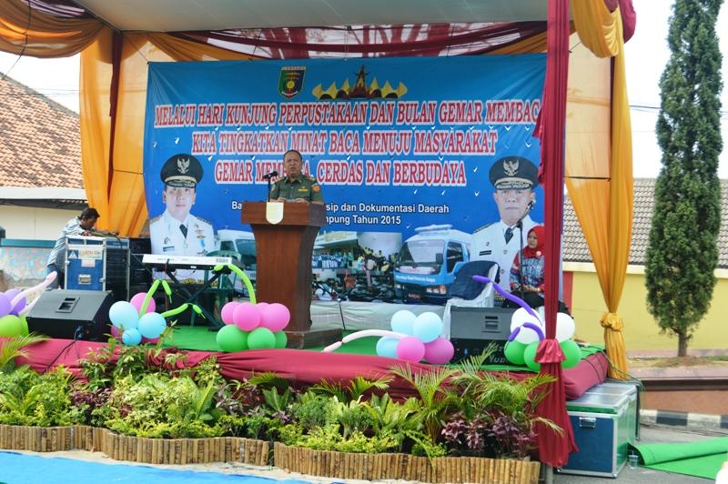 Wakil Gubernur Bachtiar Basri di halaman kantor Badan Perpustakaan, Arsip dan Dokumentasi Daerah Provinsi Lampung, Senin 14 September 2015.