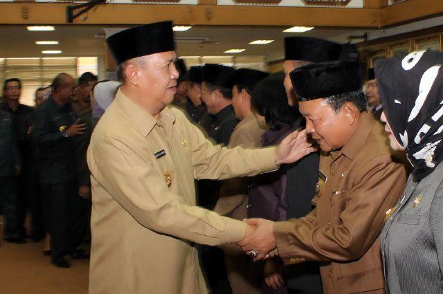 Wakil Gubernur Lampung Bachtiar Basri memberi selamat kepada Kadis Kominfo Sumarju Saeni, di Balai Keratun (16/09).