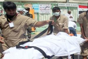 Personil darurat Saudi mengangkut korban tragedi di Mina,