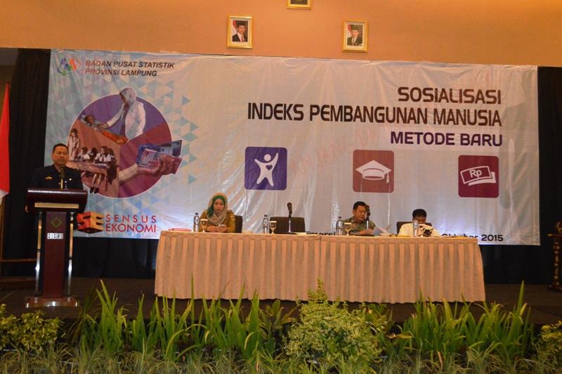 Kepala BPS Lampung Adhi Wiriana saat membuka Sosialisasi sosialisasi IPM Metode Baru, di Hotel Emersia, Bandar Lampung, Selasa 06 Oktober 2015.