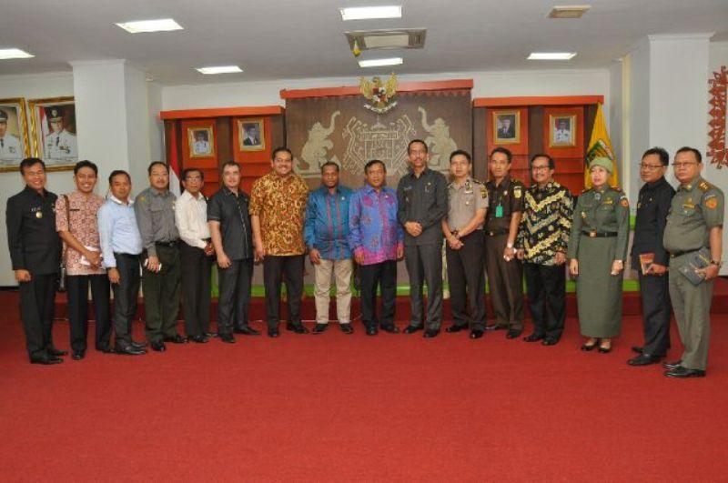 Kadis Pertanian Ir. Lana Rekyanti berfoto bersama dengan Anggota Komite II DPD RI di Balai Keratun, Senin (5/10).