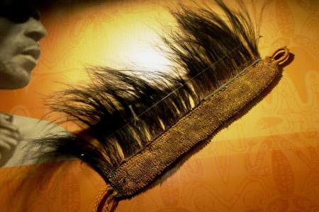 1530_Hiasan_kepala_Suku_Asmat_yang_terbuat_dari_daun_sagu,_bagian_atasnya_dilengkapi_bulu_burung_kasuari._Hiasan_ini_biasa_digunakan_oleh_kaum_laki-laki