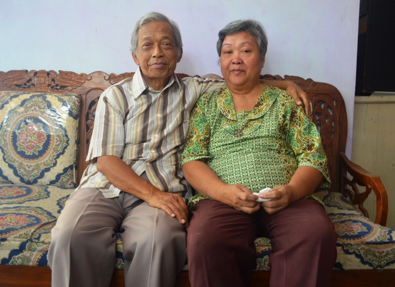 Agustinus Paryono (69) dan Yulia Mariati (58) di kediamannya Jalan Sam Ratulangi Gang Dahlia Dua No.1 Gedong Air, Tanjung Karang Barat, Bandar Lampung, Sabtu 31Oktober 2015.