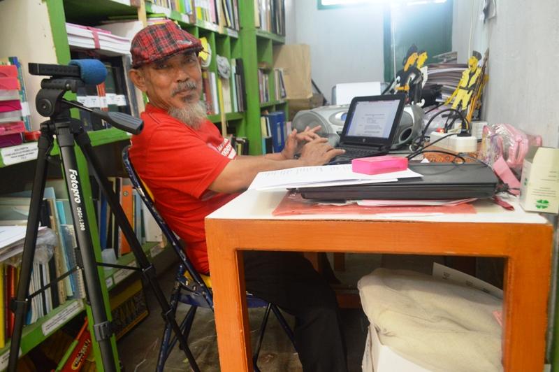 Drs. Samuel Bambang Muharyono H.S, (65) alias Kakek Boncel di ruang kerjanya pada ruang kerjanya Jalan Vanili Blok W No. 11 Perumahan Beringin Raya Kemiling Bandar Lampung.