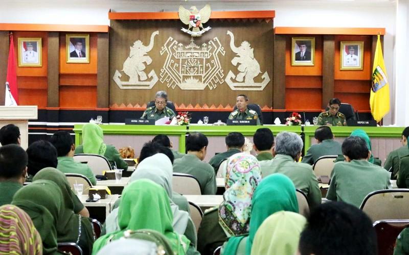 Briefing Wakil Gubernur Lampung dengan Kepala SKPD dan Pejabat Eselon II serta Eselon III di Ruang Sungkai Balai Keratun, Senin (21/12/2015).