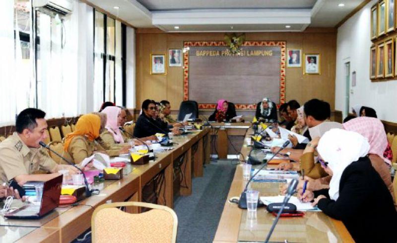 Rapat Sinkronisasi Program Percepatan Penanggulangan Kemiskinan dan Koordinasi Tim Koordinasi Penanggulangan Kemiskinan (TKPK) Provinsi Lampung di Ruang Rapat Bappeda, Rabu (16/12/2015).