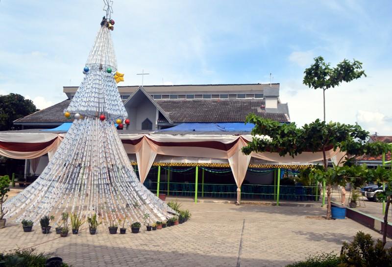 Pohon Natal dari botol bekas mineral setinggi sembilan meter di depan Gereja Santo Petrus Panjang, Paoki Ratu Damai Teluk Betung, Bandar Lampung. Foto : Robert