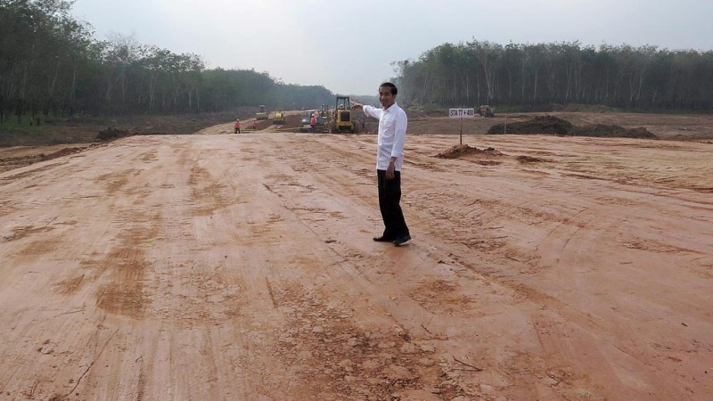 Presiden Joko Widodo saat meninjau pembangunan jalan tol di Lampung beberapa waktu lalu.
