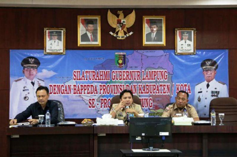 Gubernur M. Ridho Ficardo saat memimpin rapat Koordinasi dengan seluruh Kepala Bappeda Provinsi, kabupaten/kota se-Provinsi Lampung di Ruang Rapat Bappeda, Rabu (13/01/2016).