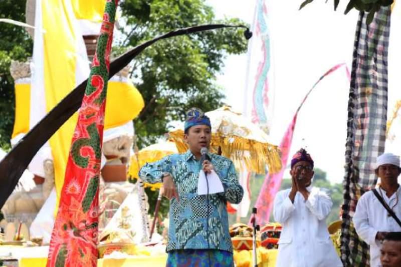 Gubernur Lampung M Ridho Ficardo saat memberikan sambuatan pada puncak perayaan Galungan dan Kuningan Se-Provinsi Lampung di Pura Kayangan Jagad Kherti Bhuana, Way Lunik Panjang, Sabtu 20 Februari 2016.