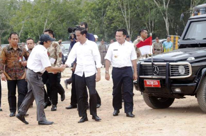 Presiden Jokowi didampingi Gubernur Lampung M. Ridho Ficardo saat meninjau pembangunan Tol Trans Sumatera di Sabah Balau Kecamatan Jati Agung Kabupaten Lampung Selatan, Kamis (11/02/2016).