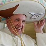 Senyum Paus Fransiskus Dihadiahi Topi Sombrero Saat Kunjungi Meksiko
