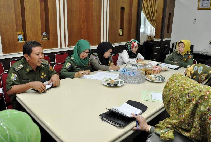 Asisten Kesra Lampung Elya Muchtar saat memimpin rapat persiapan rangkaian pelantikan bupati/walikota terpilih di ruangannya Senin 01 Februari 2016.