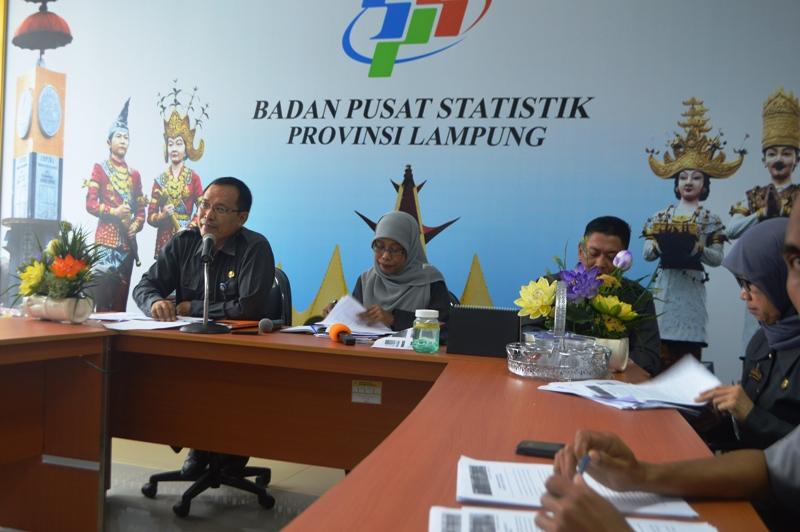 Kepala BPS Provinsi Lampung Yeane Irmaningrum didampingi jajarannya saat jumpa pers di katonya di Bandar Lampung. Foto : Robert