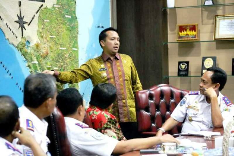 Gubernur Lampung M Ridho Ficardo saat menerima audiensi Staf Ahli Kementerian Perhubungan Republik Indonesia di ruang kerjanya Kamis (18/02).