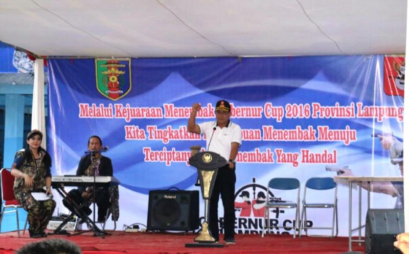 Kasat Pol PP Provinsi Lampung Achmad Syaefulloh saat menutup Kejuaraan Menembak Gubernur Cup 2016, Minggu 28 Maret 2016 di Lapangan Tembak Sukarame Bandar Lampung.