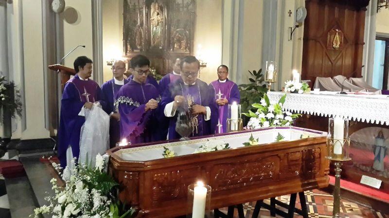Uskup Keuskupan Agung Jakarta (KAJ) Mgr. Ignatius Suharyo saat memberkati jenazah Mgr. Dr. Andreas Henrisoesanta, SCJ di Katedral Jakarta, Kamis malam 10 Maret 2016.