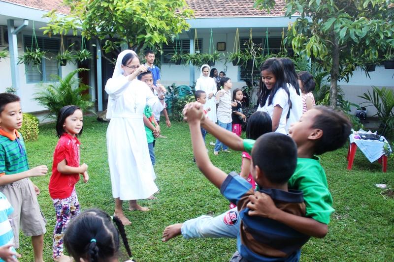 Suster M. Isabela, FSGM saat memandu anak-anak bernyanyi dan manari besama pada acara Paskah di Biara Suster FSGM Pahoman Jl. Cendana No. 22 Pahoman, Bandar Lampung.