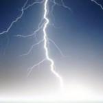 Hati-hati Pakai Ponsel Saat Cuaca Buruk, Ini Akibatnya