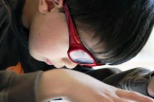 Ilustrasi anak bermain iPad 2