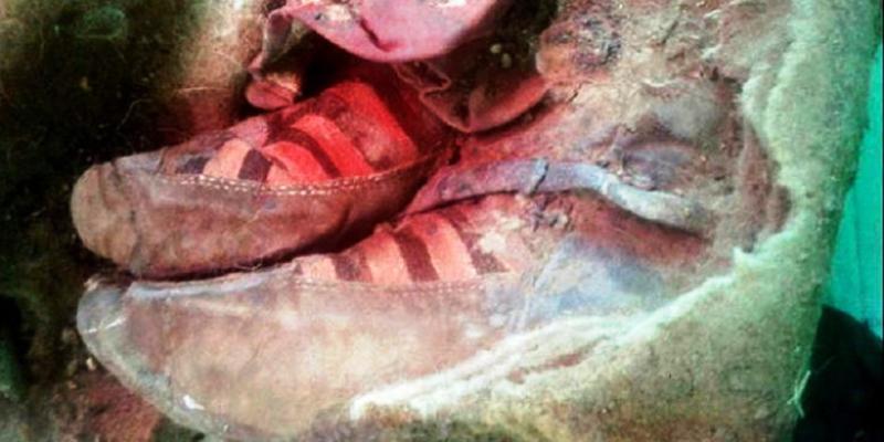 """Para arkeolog menemukan mumi berusia 1.500 tahun di Pegunungan Altai, Mongolia. Hal yang mengejutkan, kakinya dibalut sepatu bot merek modern """"Adidas""""."""
