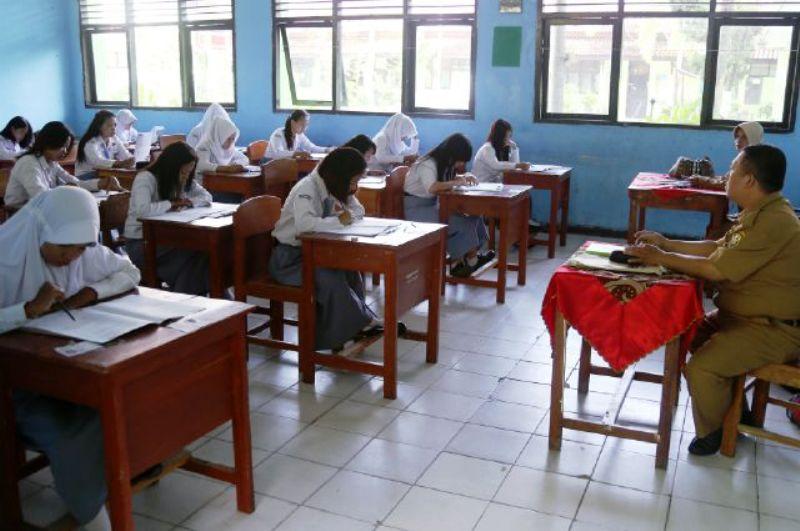 Para murid-murid SMA Negeri 9 Bandar Lampung saat tengah mengerjakan soal-soal ujian, Senin 04 April 2016.