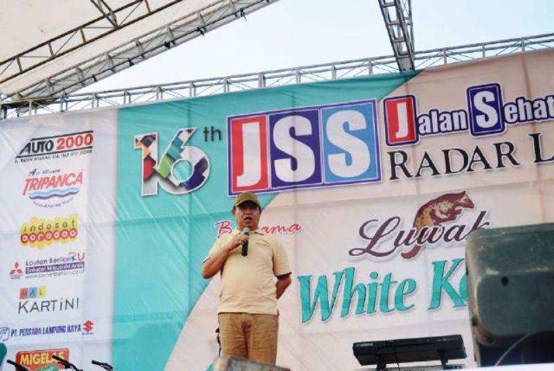 Wakil Gubernur Lampung Bachtiar Basri saat memberikan sambutan pada kegiatan jalan sehat spektakuler HUT Radar Lampung ke-16, Minggu 10 April 2016 di GOR Saburai Enggal Bandar Lampung.