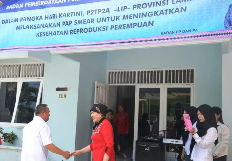 Kepala SMKN 1 Bandar Lampung Mike Elly Rose menyambut kedatangan Wakil Gubernur Lampung Bachtiar Basri, Rabu 27 April 2016.