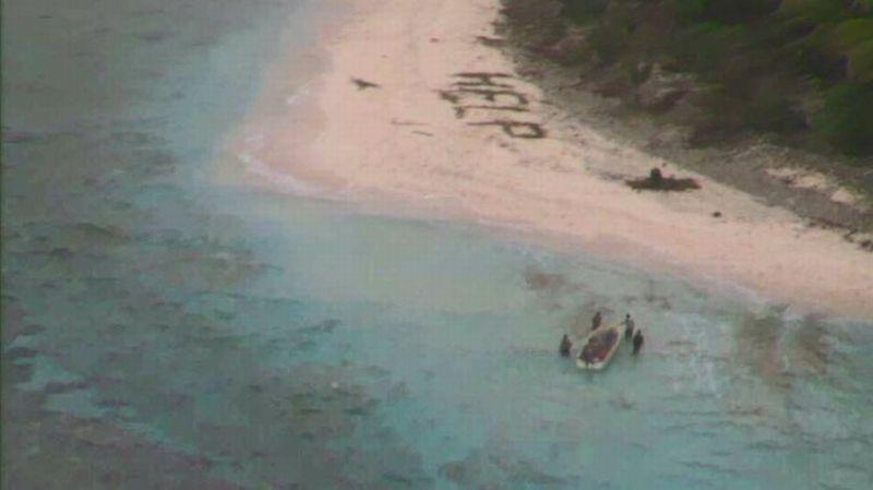 """Tulisang """"tolong"""" itu terlihat dari langit sehingga pesawat pengintai AU AS dapat menemukannya (Foto: US Coast Guard)"""