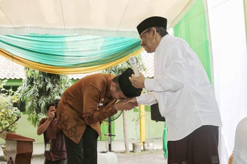 Gubernur Lampung M Ridho Ficardo saat bertemu Hasyim Muzadi, di STIT Agus Salim, Kota Metro, Kamis 26 Mei 2016. Foto : Tim Media MRF