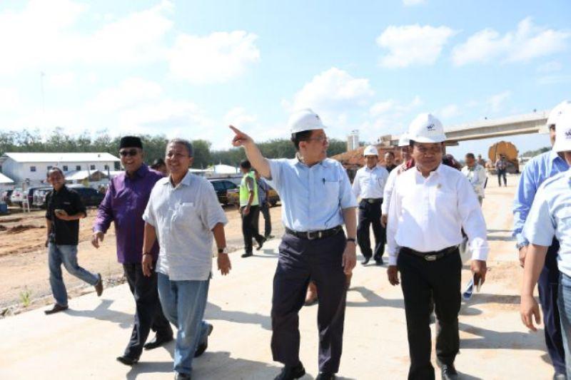 Ketua DPD RI Irman Gusman berserta rombongan saat meninjau pembangunan Jalan Tol Trans Sumatera di Desa Sabahbalau Kecamatan Tanjung Bintang Kabupaten Lampung Selatan, Selasa 10 Mei 2016.