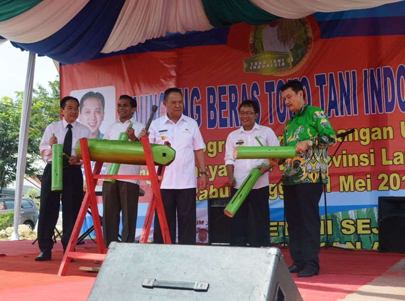 Wakil Gubernur Lampung Bachtiar Basri saat melaunching Toko Tani Indonesia (TTI), Rabu 11 Mei 2016 di Beringin Raya, Kemiling, Bandar Lampung.