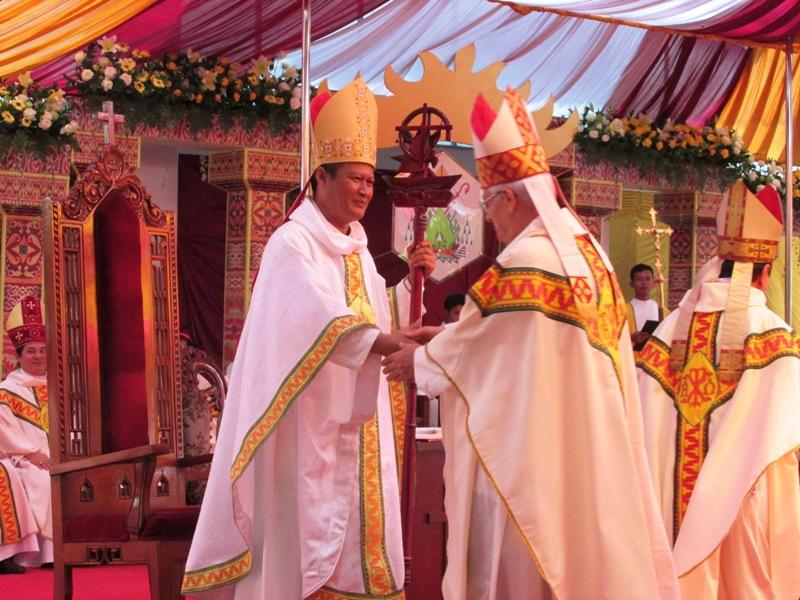 Uskup Keuskupan Tanjungkarang Mgr. Yohanes Harun Yuwono (kiri). Foto : Robert