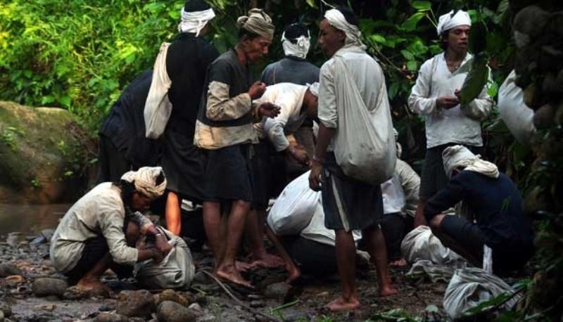 Suku Baduy Dalam melakukan ritual bersih-bersih saat membawa hasil alam untuk diserahkan kepada pemerintah dalam ritual Seba Baduy, di Lebak, Banten, Jumat 2 Mei 2016. Foto : Tempo