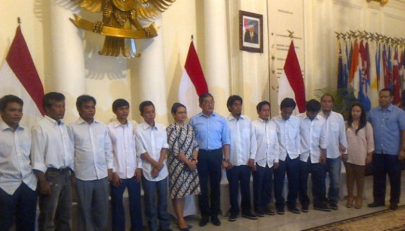 Menteri Luar Negeri, Retno Marsudi berfoto dengan 10 korban penyanderaan Abu Sayyaf, di Ruang Pancasila, Senin, 02 Mei 2016. Abdul Azis/ Tempo