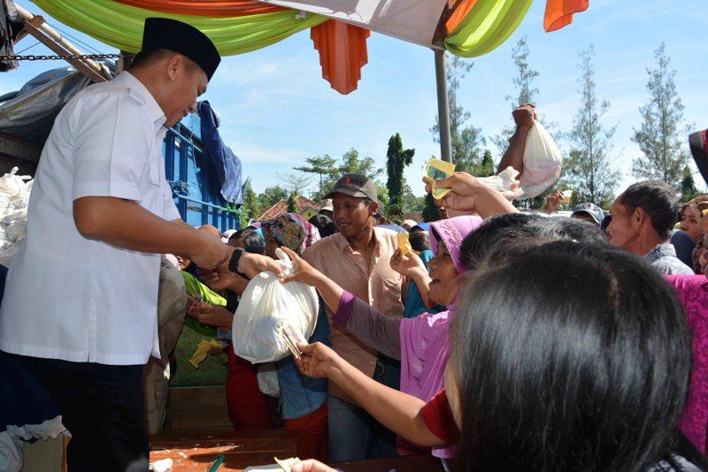 Bupati Lampung Tengah Mustafa saat membagikan paket sembako di Kecamatan Anak Ratu Aji, Selasa 21 Juni 2016. Foto : Humas Pemkab Lamteng