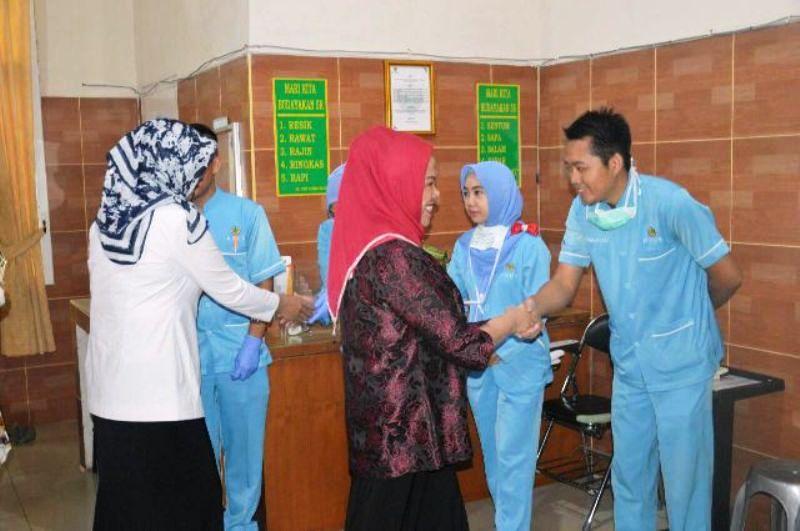 Ketua Pusat Pelayanan Terpadu Pemberdayaan Perempuan dan Anak (P2TP2A) Hasiah Bachtiar Basri, Rabu 29 Juni 2016 saat mengunjungi korban kekerasan seksual di RS Urip Sumoharjo Bandar Lampung.
