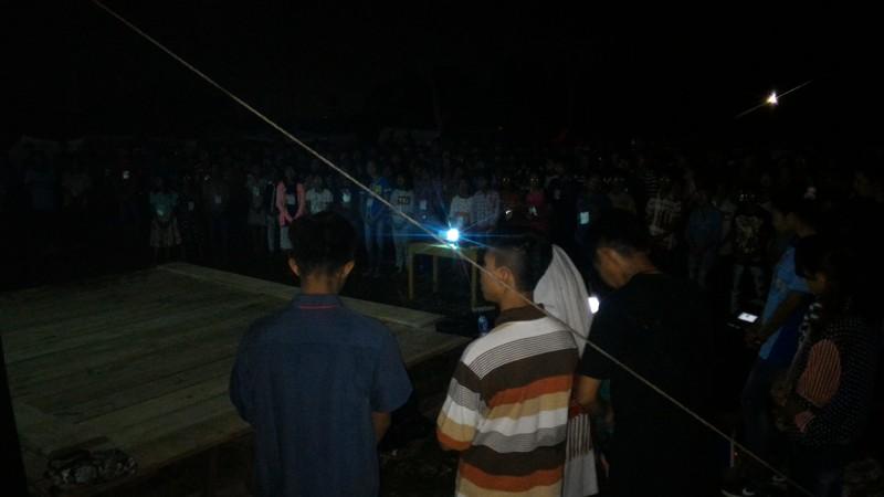 Para peserta Kemah Sekami di Stasi Margo Lestari, Paroki Margo Agung, Lampung Selatan, saat mengikuti ibadat malam, Senin 21 Juni 2016. Foto : Robert