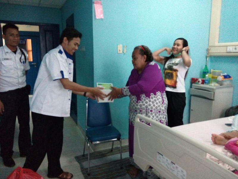 Saat pada relawan Garuda Ridho Berbakhti membagikan 400 paket nasi kotak untuk berbuka puasa di Rumah Sakit Medika Natar, Minggu 19 Juni 2016.