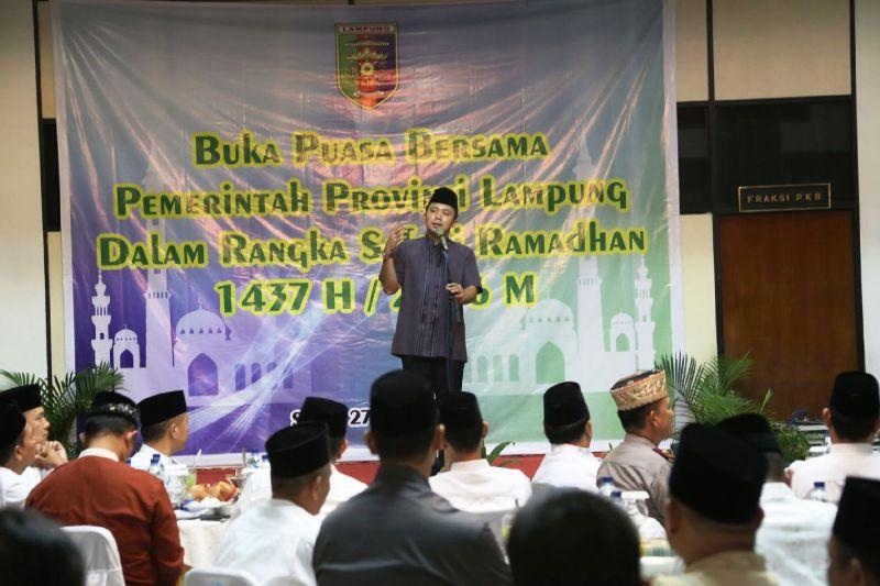 Gubernur Lampung M. Ridho Ficardo saat memberikan sambutan pada safari ramadhan dengan seluruh Pimpinan dan Anggota DPRD Provinsi Lampung, Senin 27 Juni 2016.