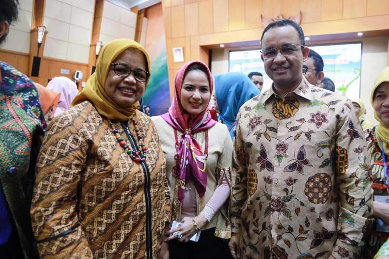 Bunda PAUD Provinsi Lampung Aprilani Yustin Ficardo bersama Menteri Pendidikan Anies Baswedan di Hotel Grand Syahid Jaya, Jakarta, 24 Juli 2016