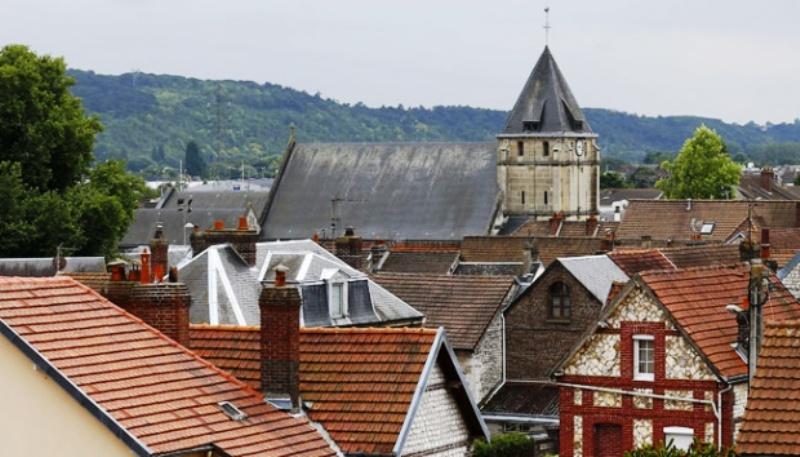 Gereja Saint-Etienne-du-Rouvray yang menjadi lokasi penyanderaan terlihat dari kejauhan, di Normandy, Prancis, 26 Juli 2016. Sebelum ditembak mati, dua penyandera membunuh seorang pastor. Foto : AP/Francois Mori