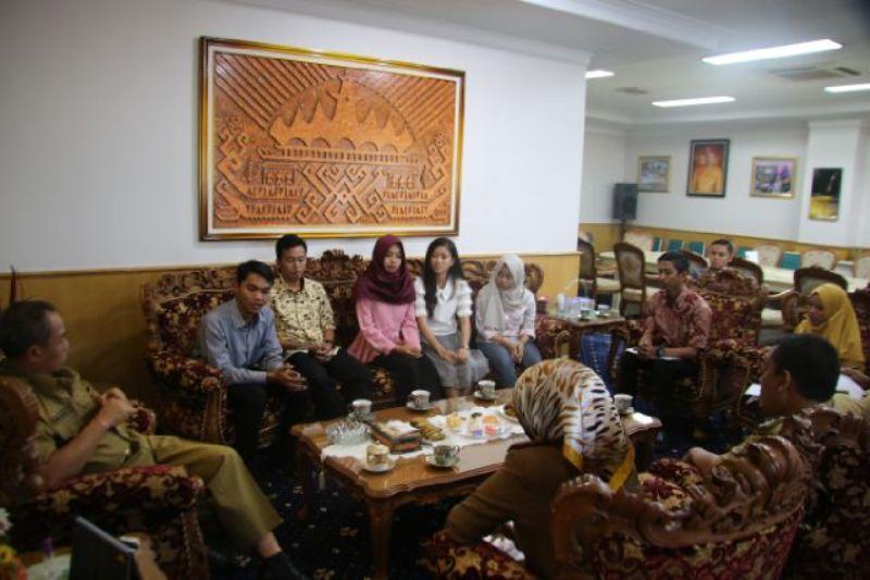 Wagub Lampung Bachtiar Basri saat menerima audiensi dari Himpunan Pelajar Mahasiwa Lampung Yogyakarta di ruangnnya, Senin 11 Juli 2016.