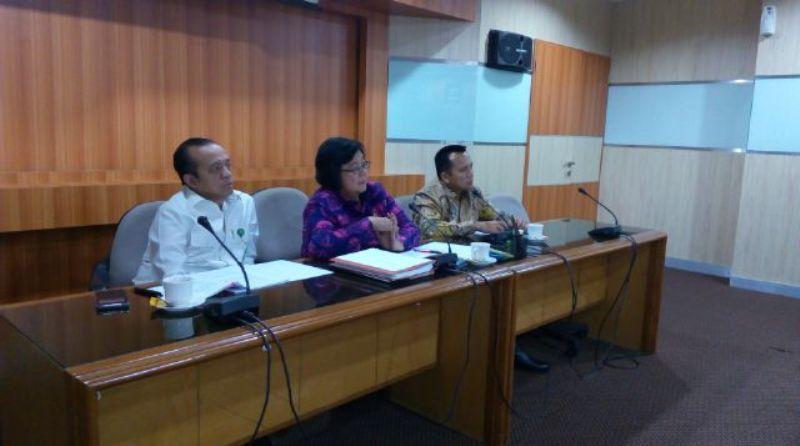 Gubernur Lampung M.Ridho Ficardo bersama Menteri Kehutanan Republik Indonesia Siti Nurbaya Bakar di ruang kerjanya bersama para Dirjen pada Kementerian Kehutanan Republik Indonesia.
